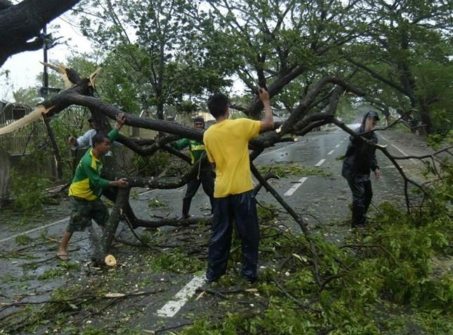 Philippines dọn dẹp đống đổ nát sau siêu bão Koppu - anh 4