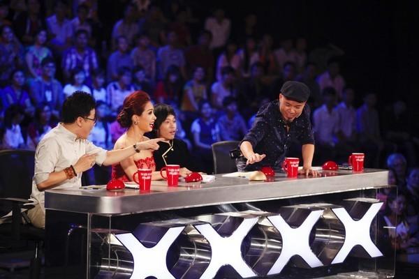 """Vietnam's Got Talent: """"Mê mẩn"""" cô giáo 55 tuổi, Huy Tuấn ưu ái nhấn nút vào thẳng bán kết - anh 2"""