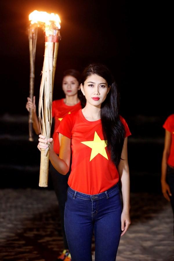 Ngắm thí sinh hoa hậu Việt Nam áo đỏ in sao vàng cầm đuốc chạy bên bờ biển - anh 2
