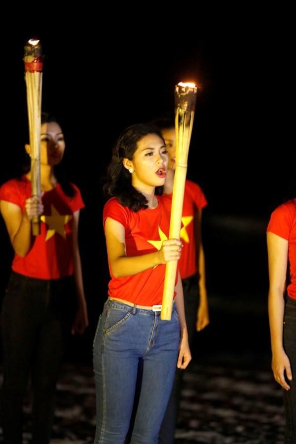 Ngắm thí sinh hoa hậu Việt Nam áo đỏ in sao vàng cầm đuốc chạy bên bờ biển - anh 3