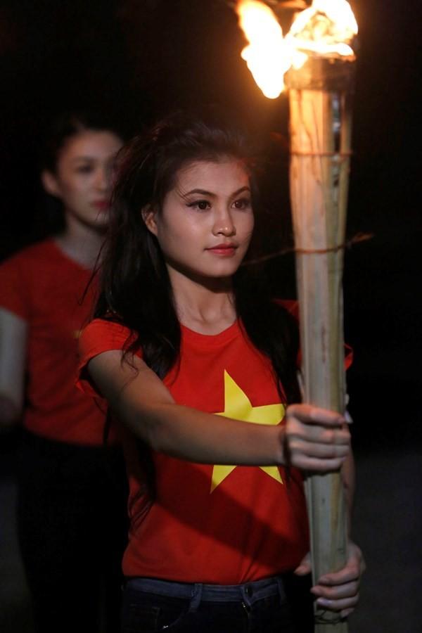 Ngắm thí sinh hoa hậu Việt Nam áo đỏ in sao vàng cầm đuốc chạy bên bờ biển - anh 8
