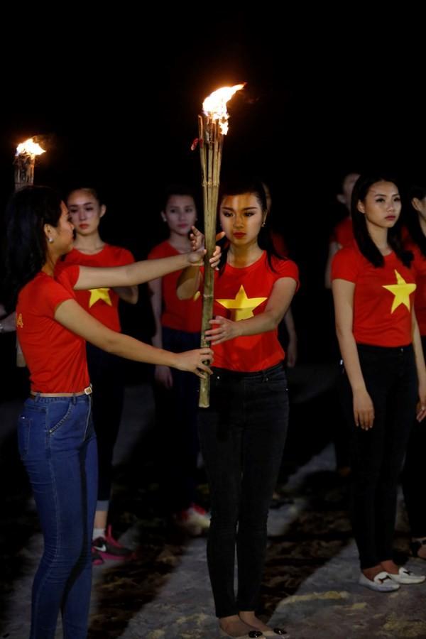 Ngắm thí sinh hoa hậu Việt Nam áo đỏ in sao vàng cầm đuốc chạy bên bờ biển - anh 5