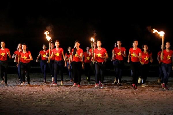 Ngắm thí sinh hoa hậu Việt Nam áo đỏ in sao vàng cầm đuốc chạy bên bờ biển - anh 7