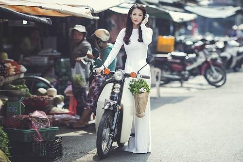 Ngắm người đẹp Trương Ngọc Ánh duyên dáng, thanh lịch với áo dài và xe cúp - anh 1