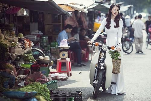 Ngắm người đẹp Trương Ngọc Ánh duyên dáng, thanh lịch với áo dài và xe cúp - anh 2