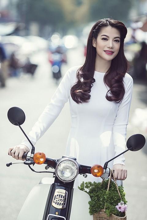 Ngắm người đẹp Trương Ngọc Ánh duyên dáng, thanh lịch với áo dài và xe cúp - anh 3