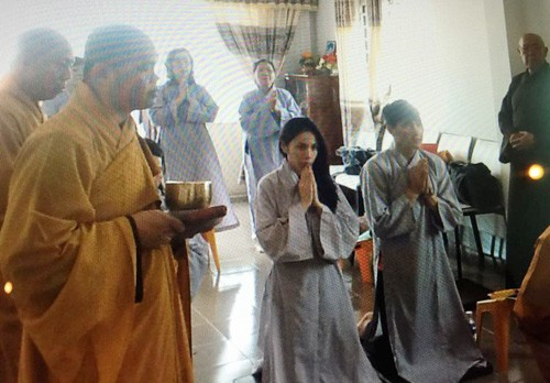 Thủy Tiên liên tục che mặt khi có mặt tại nhà chuẩn bị cho đám cưới - anh 2