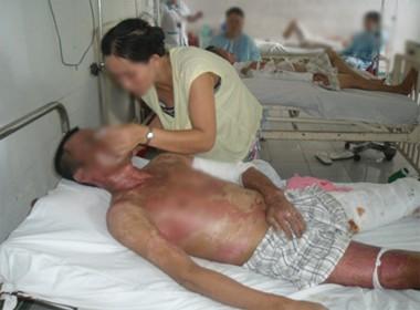 Rơi nước mắt con đưa bố bị lở loét vào bệnh viện chỉ có 94 nghìn đồng - anh 1