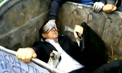 Ukraine: Người dân giận giữ ném nghị sĩ Zhuravsky vào thùng rác - anh 2