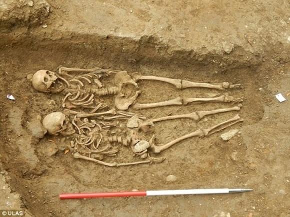 """Phát hiện bộ xương có niên đại 700 năm """"tay kề tay"""" - anh 2"""
