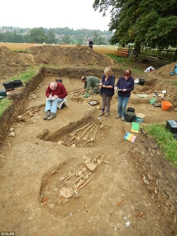 """Phát hiện bộ xương có niên đại 700 năm """"tay kề tay"""" - anh 4"""