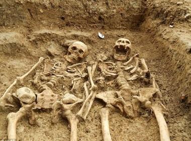 """Phát hiện bộ xương có niên đại 700 năm """"tay kề tay"""" - anh 1"""
