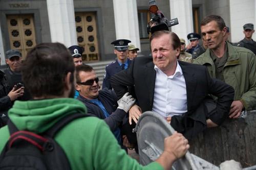 Ukraine: Người dân giận giữ ném nghị sĩ Zhuravsky vào thùng rác - anh 1