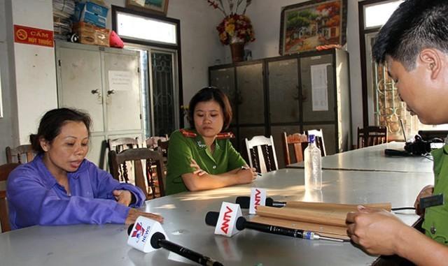 Phú Thọ: Bé gái 2 tuổi bị hàng xóm đổ rượu, nhét băng vệ sinh vào mồm - anh 1