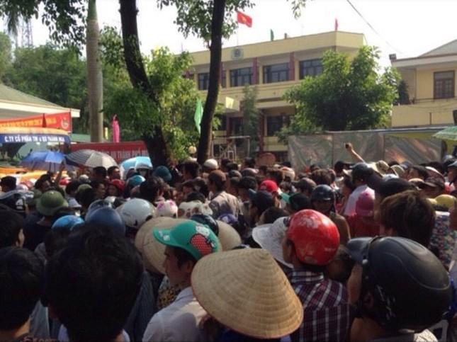 Vụ treo cổ trong trại giam: Người thân mang quan tài vây kín cổng trụ sở công an - anh 2