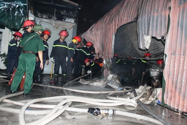 Hà Nội: Cháy dữ dội, thiêu rụi toàn bộ hàng hóa tại khu Nam Trung Yên - anh 11