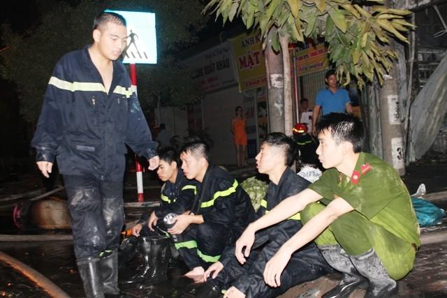 Hà Nội: Cháy dữ dội, thiêu rụi toàn bộ hàng hóa tại khu Nam Trung Yên - anh 12