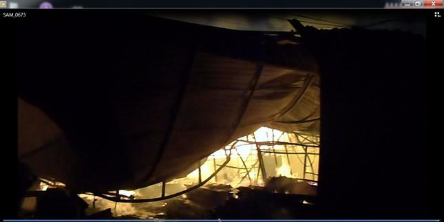 Hà Nội: Cháy dữ dội, thiêu rụi toàn bộ hàng hóa tại khu Nam Trung Yên - anh 3