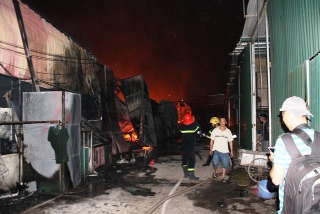 Hà Nội: Cháy dữ dội, thiêu rụi toàn bộ hàng hóa tại khu Nam Trung Yên - anh 6