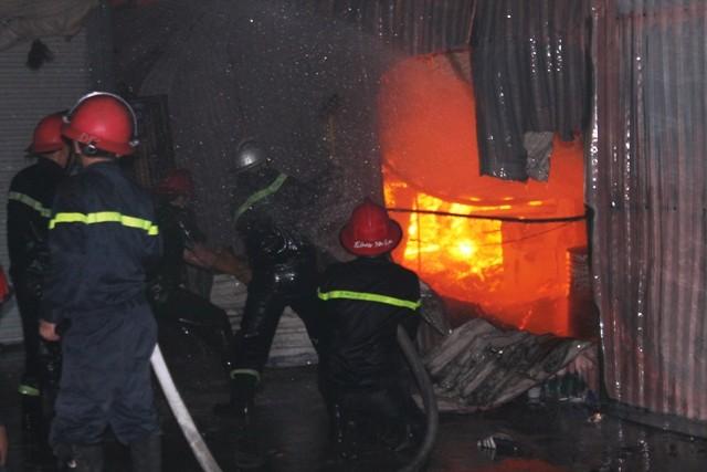Hà Nội: Cháy dữ dội, thiêu rụi toàn bộ hàng hóa tại khu Nam Trung Yên - anh 7