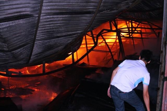 Hà Nội: Cháy dữ dội, thiêu rụi toàn bộ hàng hóa tại khu Nam Trung Yên - anh 9