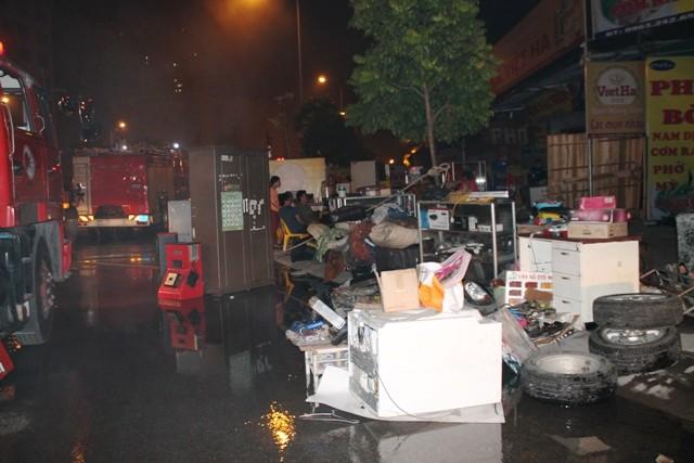Hà Nội: Cháy dữ dội, thiêu rụi toàn bộ hàng hóa tại khu Nam Trung Yên - anh 15