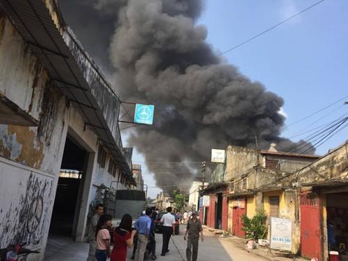 Hà Nội: Cháy lớn tại xưởng gỗ gần ga Giáp Bát - anh 1