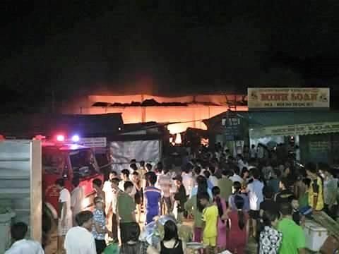 Hà Tĩnh: Cháy chợ Bộng, hàng trăm tiểu thương hoảng loạn trong đêm - anh 1