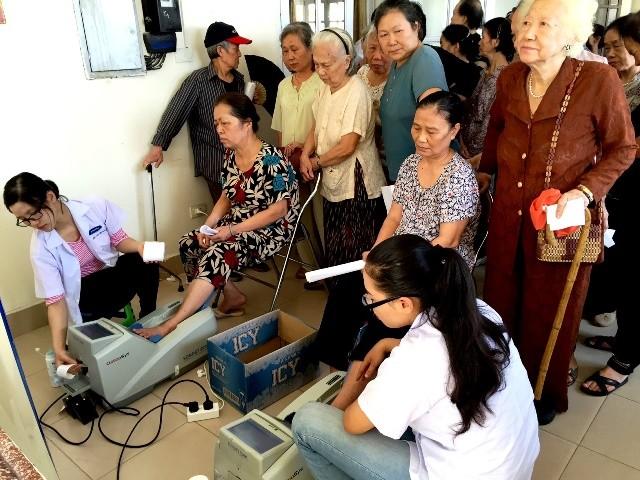 Vinamilk chăm sóc sức khỏe cho người cao tuổi TP.Hồ Chí Minh và Hà Nội - anh 1