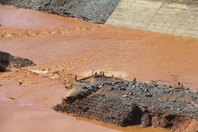 Vụ vỡ đường dẫn thủy điện: Chưa ai nhận trách nhiệm - ảnh 1