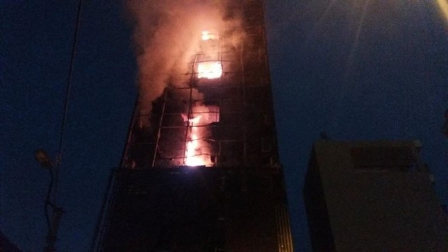 Hiện trường cháy quán karaoke 8 tầng ven sông Tô Lịch - ảnh 3