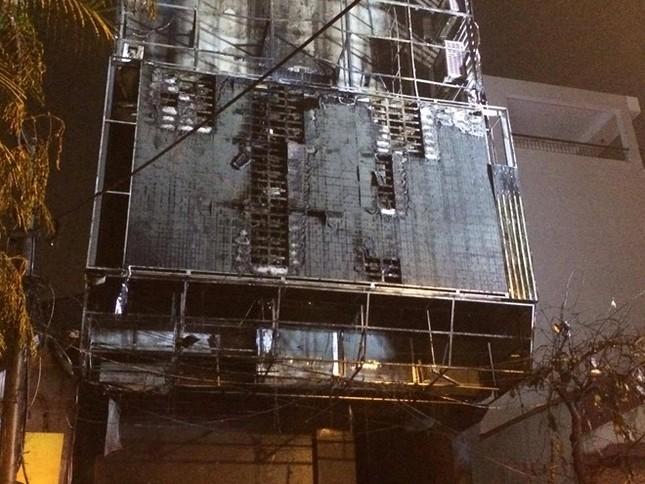 Hiện trường cháy quán karaoke 8 tầng ven sông Tô Lịch - ảnh 9