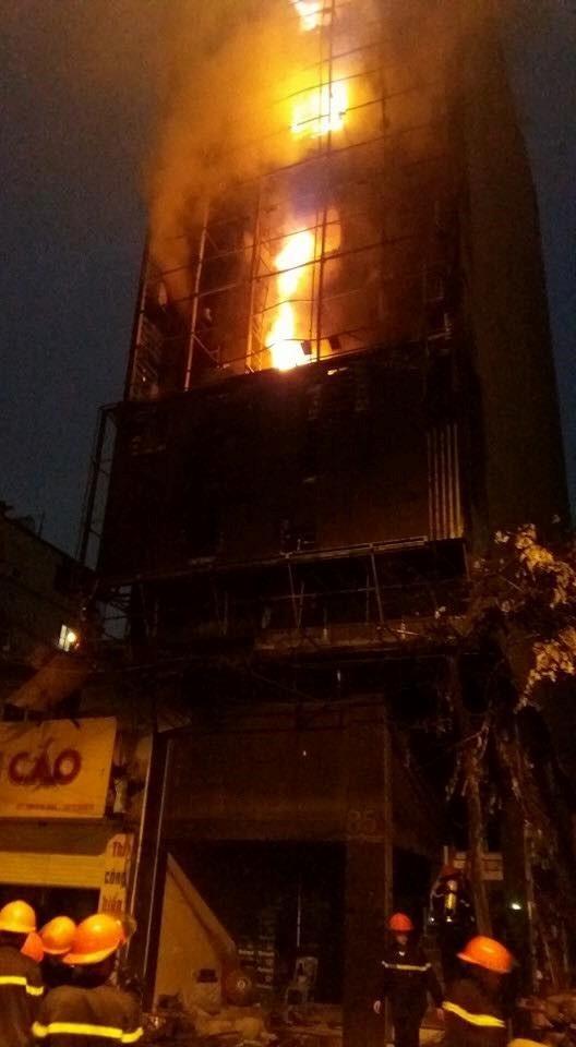 Hiện trường cháy quán karaoke 8 tầng ven sông Tô Lịch - ảnh 6