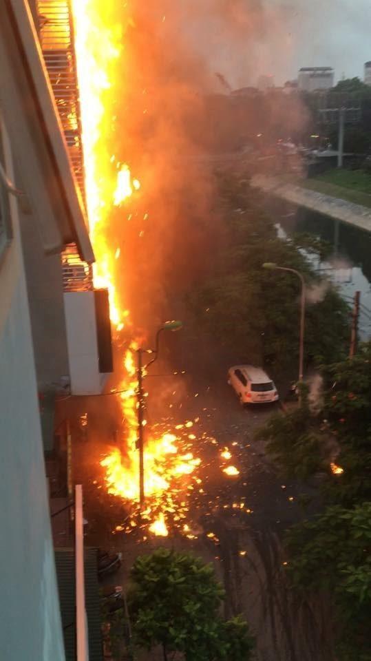 Hiện trường cháy quán karaoke 8 tầng ven sông Tô Lịch - ảnh 1