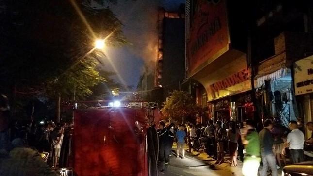 Hiện trường cháy quán karaoke 8 tầng ven sông Tô Lịch - ảnh 4