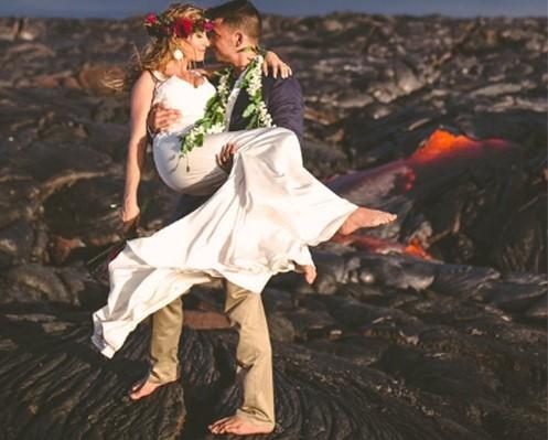 Đôi trẻ liều mạng chụp ảnh cưới bên miệng núi lửa - ảnh 5