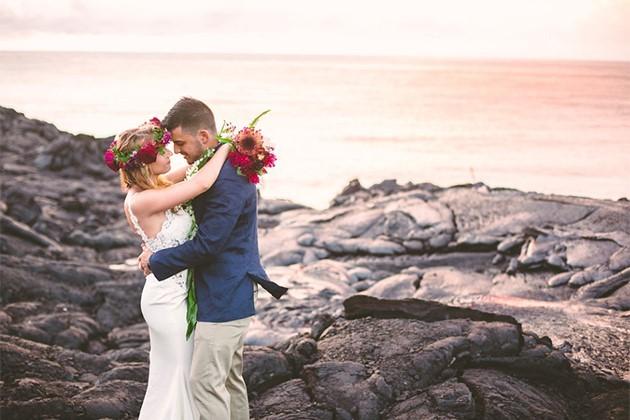Đôi trẻ liều mạng chụp ảnh cưới bên miệng núi lửa - ảnh 3