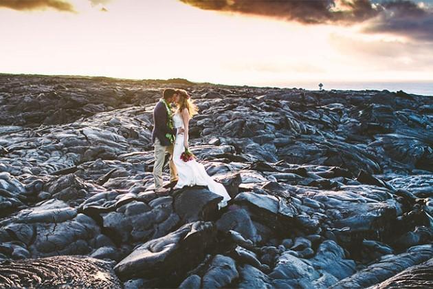 Đôi trẻ liều mạng chụp ảnh cưới bên miệng núi lửa - ảnh 7
