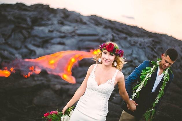 Đôi trẻ liều mạng chụp ảnh cưới bên miệng núi lửa - ảnh 1