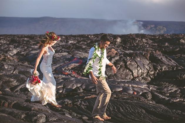 Đôi trẻ liều mạng chụp ảnh cưới bên miệng núi lửa - ảnh 4