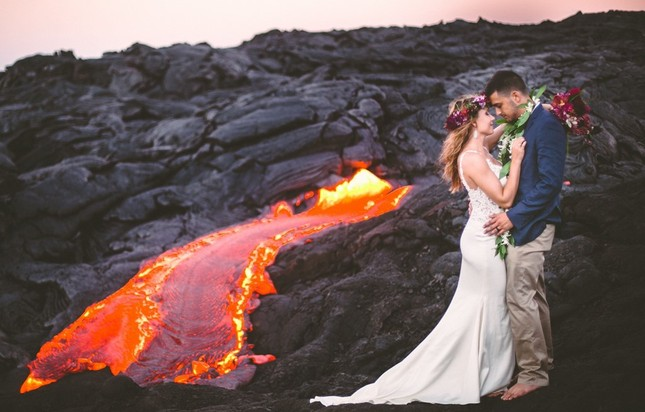 Đôi trẻ liều mạng chụp ảnh cưới bên miệng núi lửa - ảnh 2
