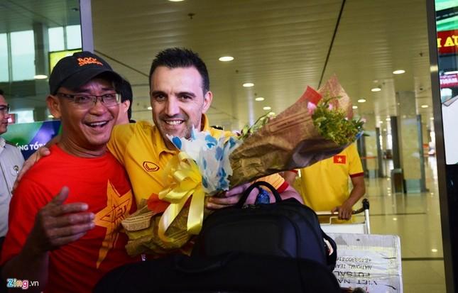 Xe sang đón bầu Tú trở về cùng tuyển futsal Việt Nam - ảnh 2