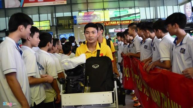 Xe sang đón bầu Tú trở về cùng tuyển futsal Việt Nam - ảnh 1