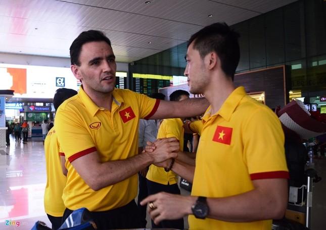 Xe sang đón bầu Tú trở về cùng tuyển futsal Việt Nam - ảnh 4