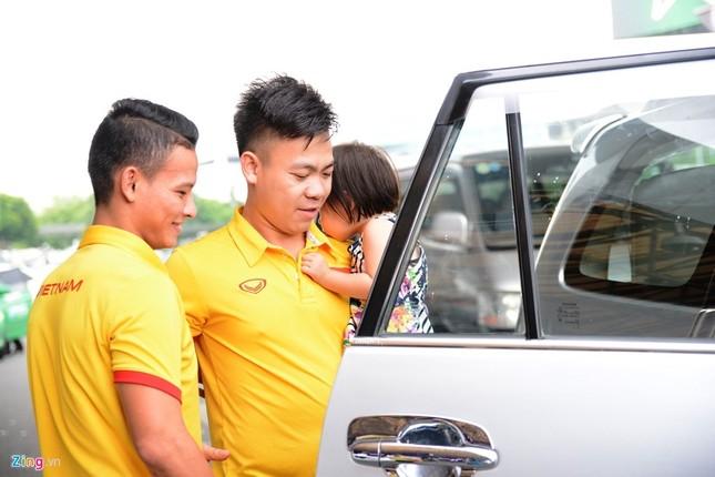 Xe sang đón bầu Tú trở về cùng tuyển futsal Việt Nam - ảnh 6