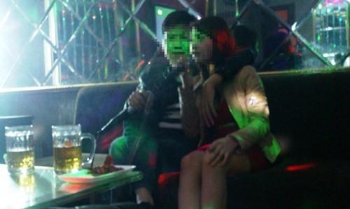 Nghề 'tay vịn' ở quán karaoke - ảnh 2
