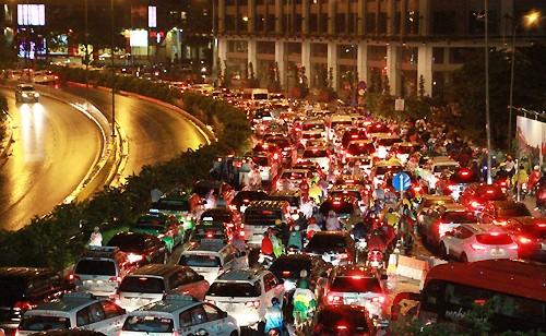 Sài Gòn rối loạn vì ngập nặng - ảnh 1