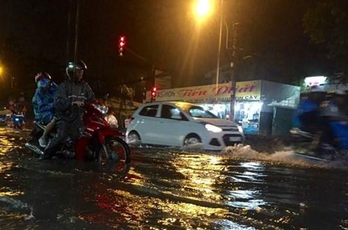 Sài Gòn lại mưa lớn, máy bay không thể cất cánh - ảnh 1