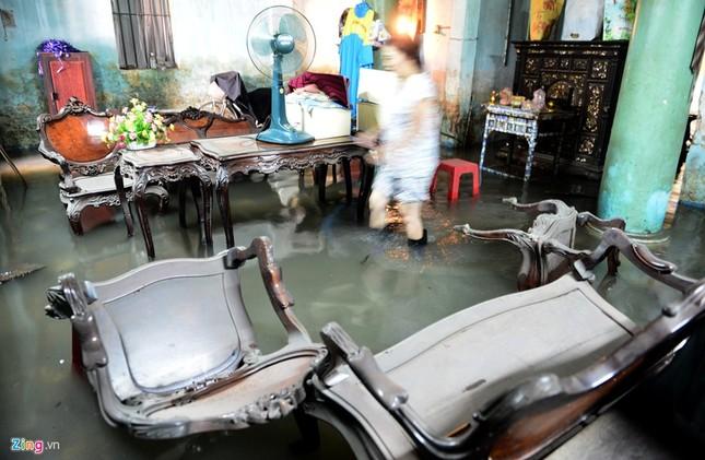Sống chung với nước ngập cả ngày ở Sài Gòn - ảnh 9
