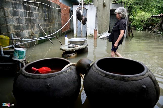Sống chung với nước ngập cả ngày ở Sài Gòn - ảnh 11